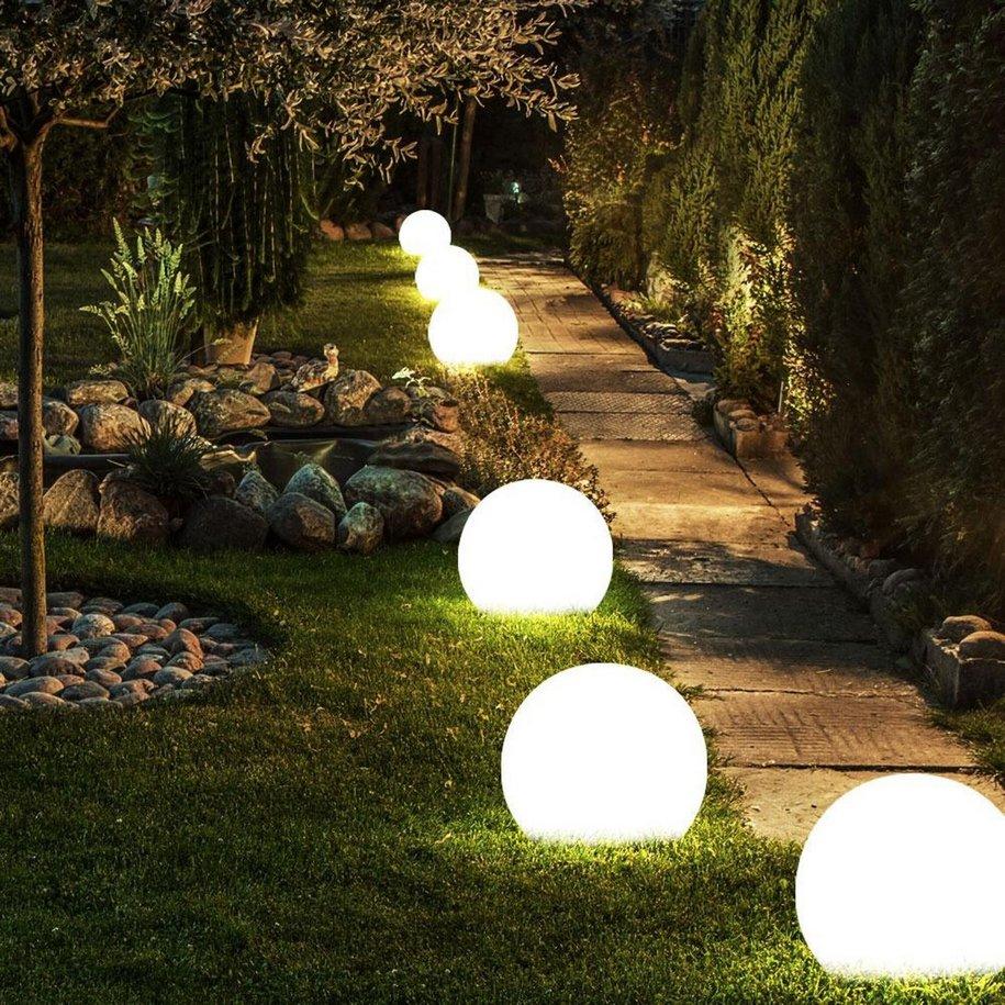 Восени саме час зайнятися освітленням саду