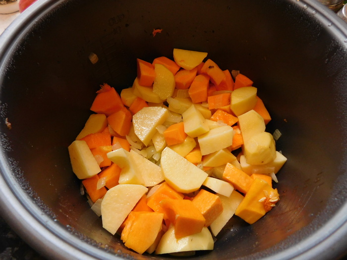 Коли цибуля зарум'янилася, кидаємо картоплю і гарбуз в чашу