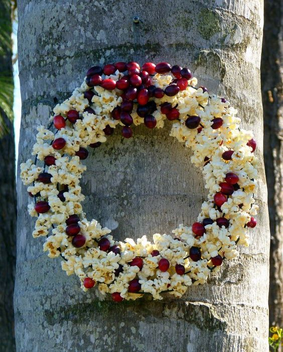 Дріт, попкорн, ягоди, бажання - і у вашому саду стане на один декоративний елемент більше.