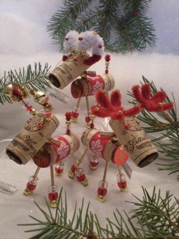 Новорічні олені з винних корків