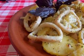 Кальмари з картоплею — вечеря нашвидкуруч