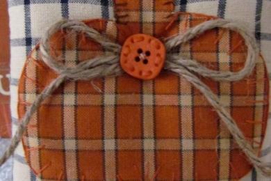 Подушка в клітинку з аплікацією гарбуза