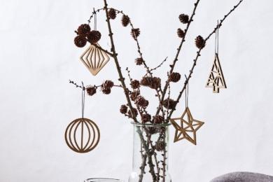 Гілки з новорічними прикрасами