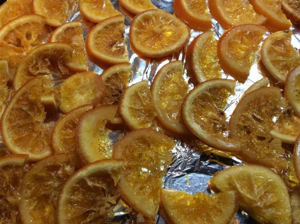 Можемо розрізати кружечки апельсинів на половинки