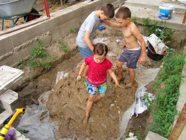 Наша сім'я - велика. Діти з задоволенням приймали участь в будівництві - місилу глину