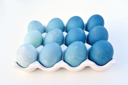 Яйця-омбре на Великдень, пофарбовані  за допомогою червонокачанної капусти