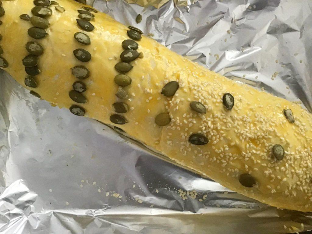 Змащуємо рулет жовтком та прикрашаємо насінням