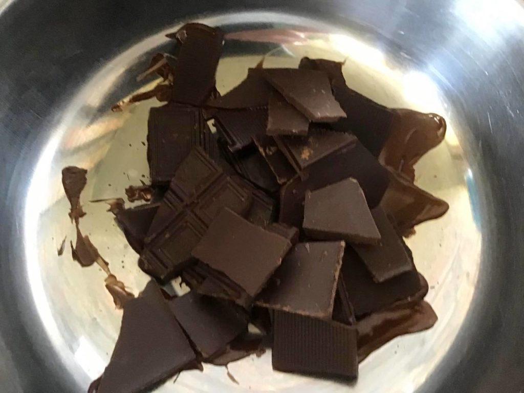 На водяній бані розтоплюємо шоколад