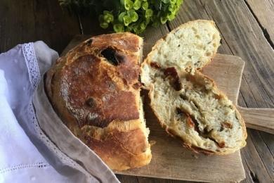 Хліб з оливками та помідорами