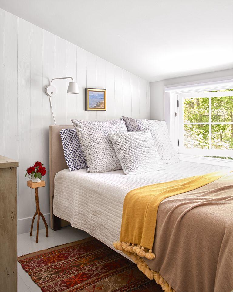 Ліжко біля вікна