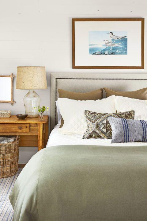 Подушки з різним кольором і фактурою в спальні