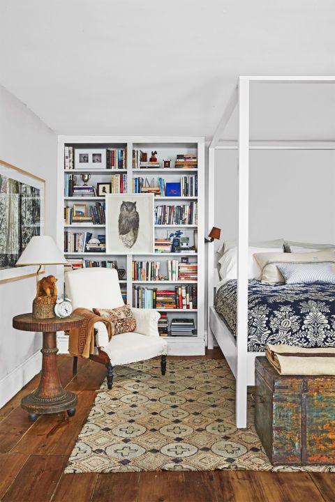 Книжкова шафа доречна не тільки у вітальні