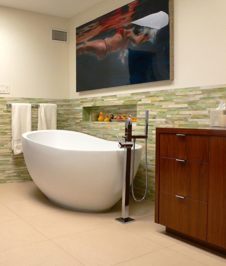 Якщо у вашій ванній досить простору, то спробуйте повісити на стіну що-небудь надихаюче