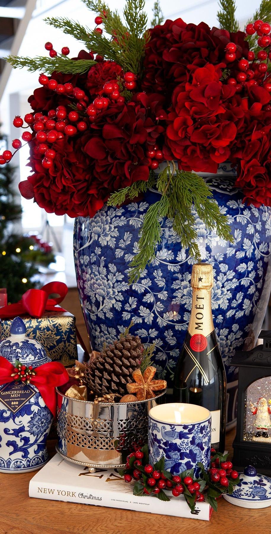 Новорічний букет із червоними квітами