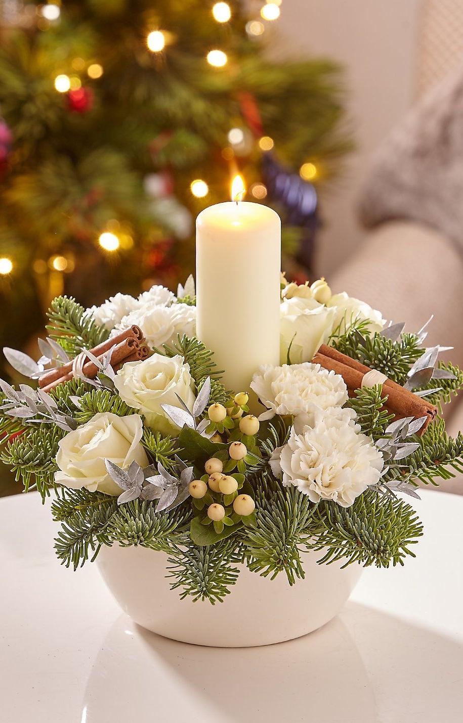 Композиція зі свічкою та білими квітами