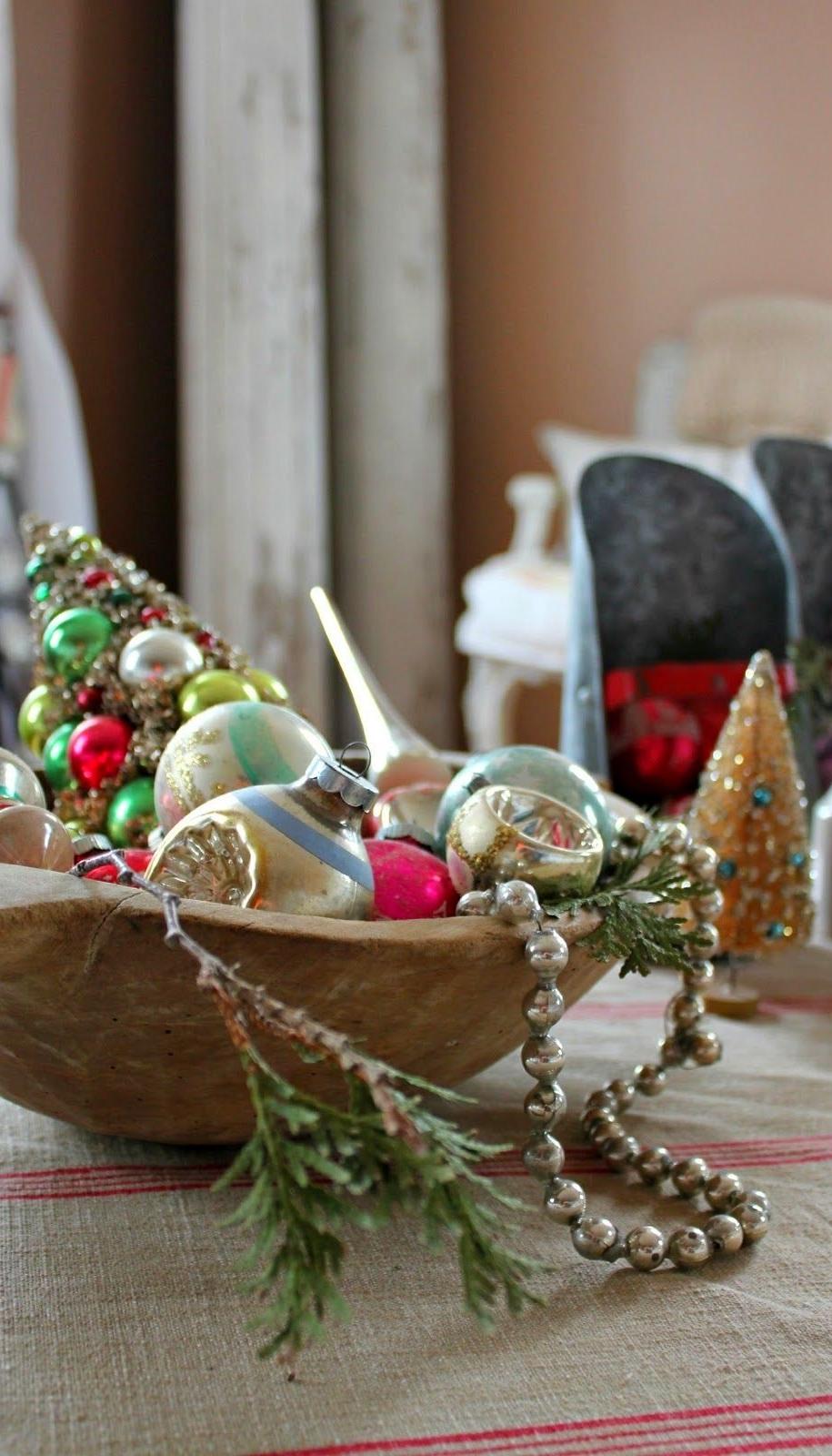 Дерев'яна чаша з ялинковими іграшками