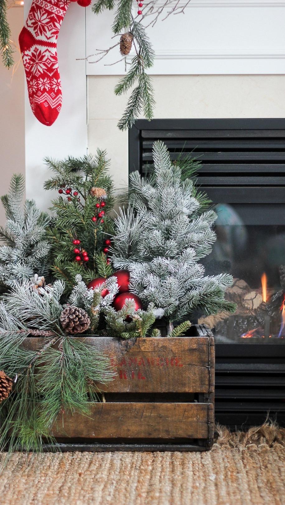 Дерев'яна коробка з новорічним декором