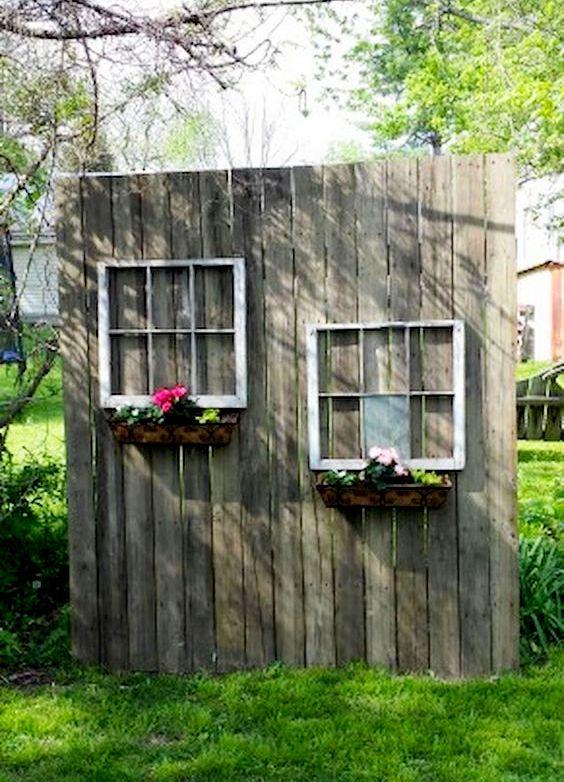 Старі меблі в саду