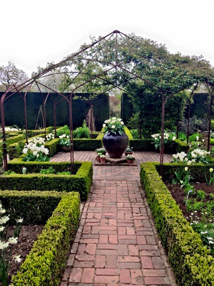 Білий сад в Сісінгхерсті весною