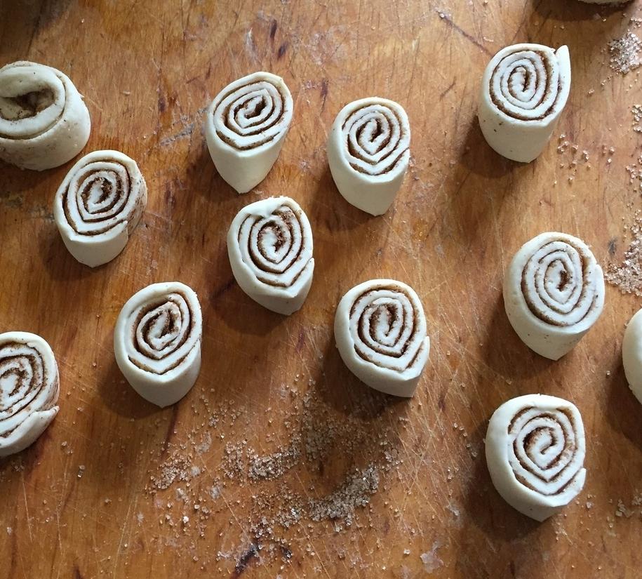 Ріжете ковбаску на рівні шматочки