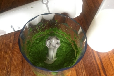 Збиваємо листя шпината блендером з додаванням олії