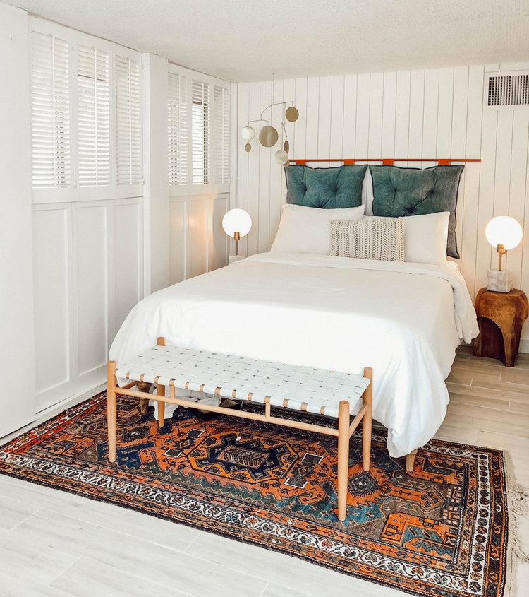 Узголів'я ліжка з подушок