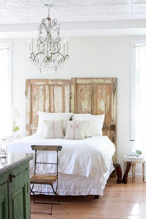 Узголів'я ліжка зі старих дверей