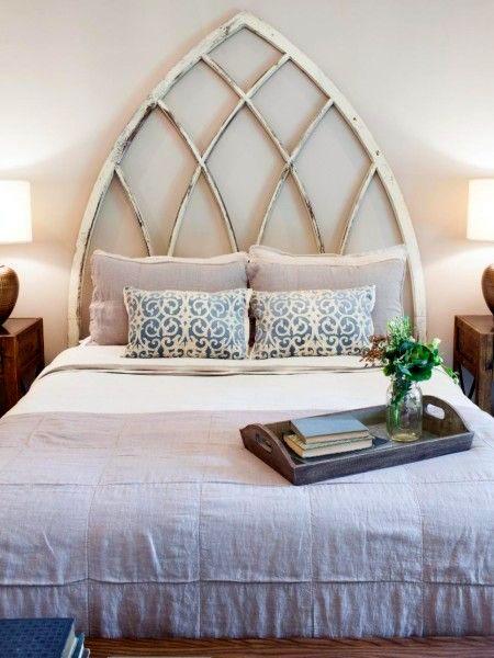 Узголів'я ліжка зі старих вікон