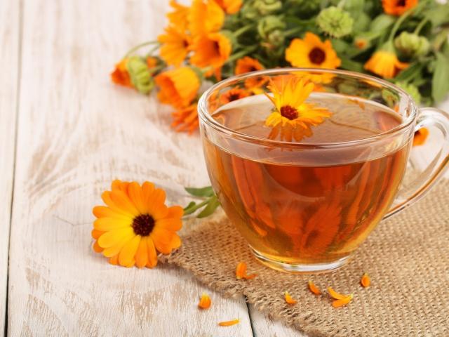 Можна заварювати чай і зі свіжими квітами календули, але він матиме гіркий присмак