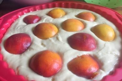 Половинки персиків трохи вдавлюємо в тісто