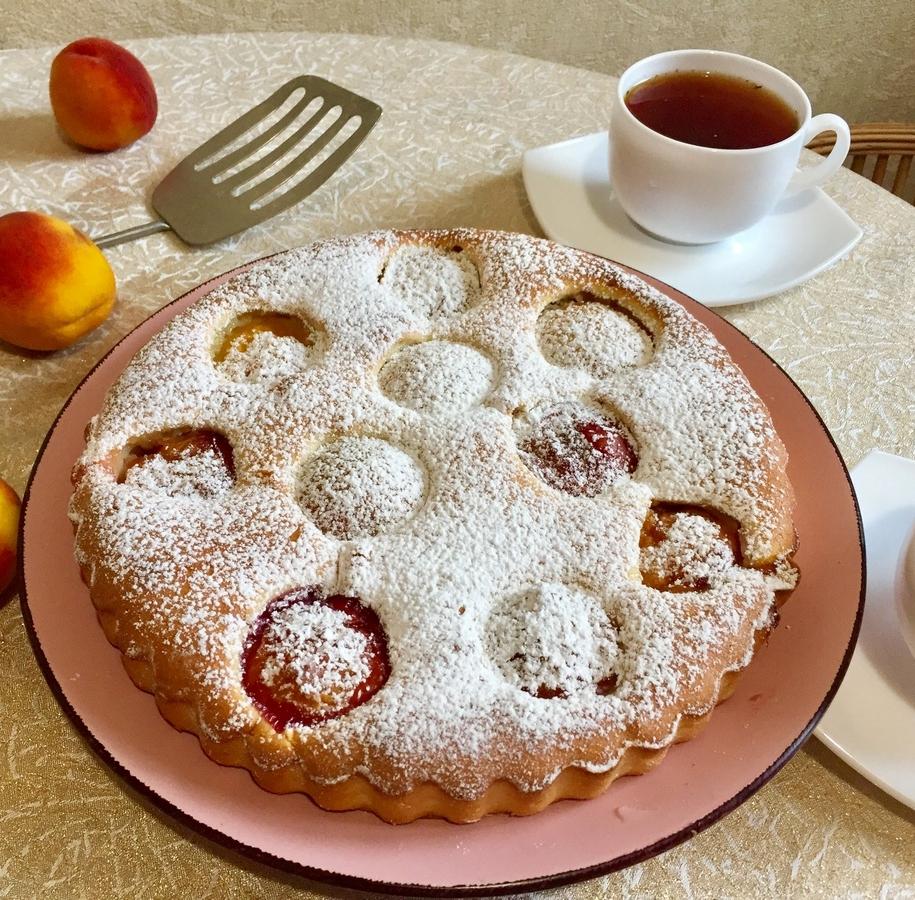 Посипаємо наш йогуртовий пиріг цукровою пудрою і просимо до чаювання