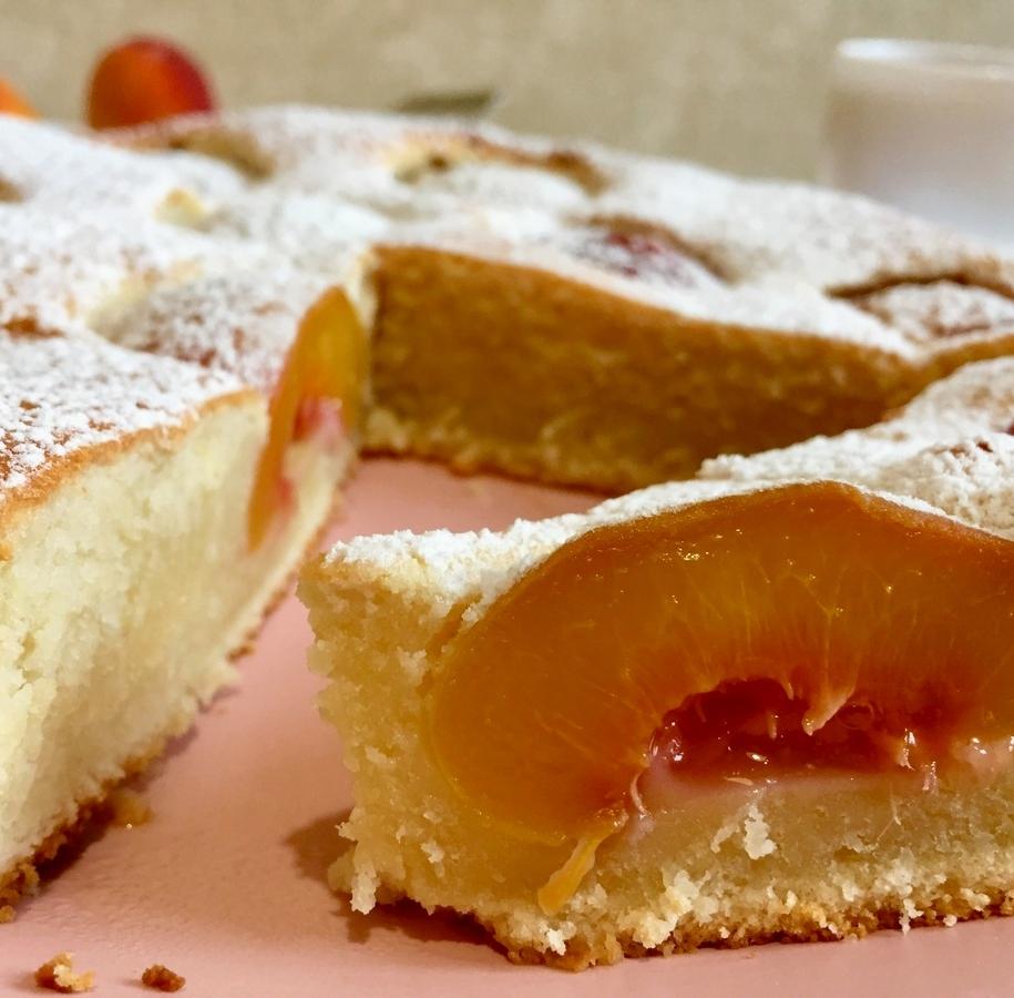 Йогуртовий пиріг з персиками — ніжний і соковитий