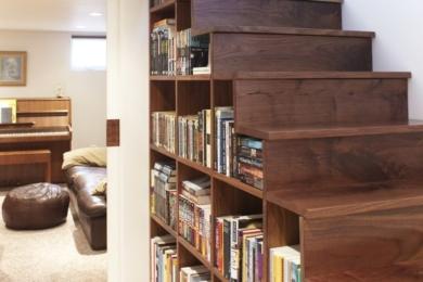 Зберігання книжок біля сходів