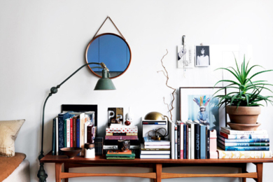 Консольний стіл із книжками