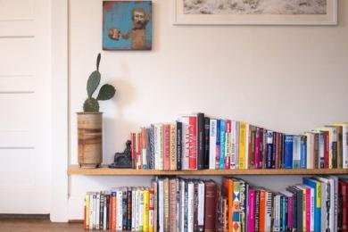 Книжкові полиці знизу