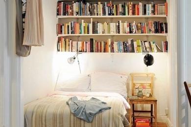 Зберігання книжок над ліжком