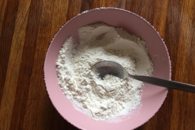 В мисці змішуємо борошно, розпушувач і сіль
