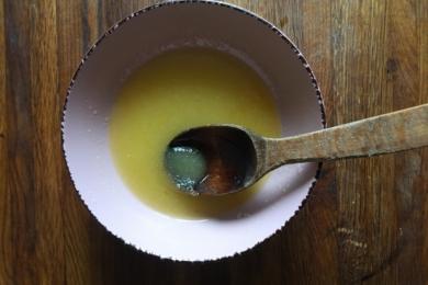 Масло нагріваємо його до кімнатної температури в мікрохвильовці і збиваємо міксером, чи перетираємо з цукром ложкою