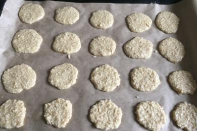 На деко, вистелене папером для випікання, чайною ложкою викладаємо тісто. Надаємо форму «медальки» кожній печенюшці
