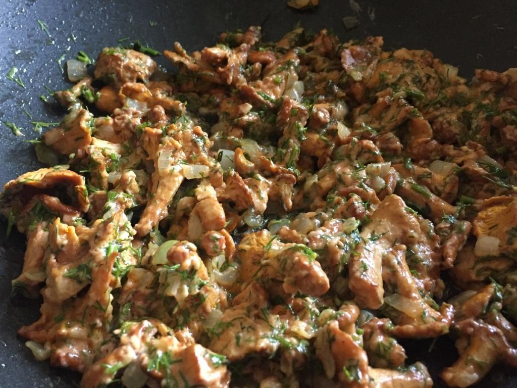 Додаємо до грибів кріп і соєвий соус і протушуємо під кришкою 5 хвилин