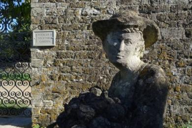 Скульптура Саймона Веріті біля воріт саду