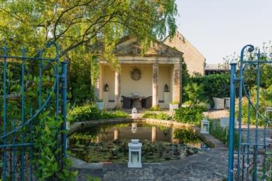 «Розмарі Вері спочатку хотіла повністю засадити весь простір щільними насадженнями. Але, побувавши в черговому саду, вона побачила інше рішення – мощення плитняком з невеликими кишенями для рослин. Вона любила тут сидіти. В пам'ять про неї ми завжди виставляємо тут на літо пеларгонії», - садівник Барнслі Хаус
