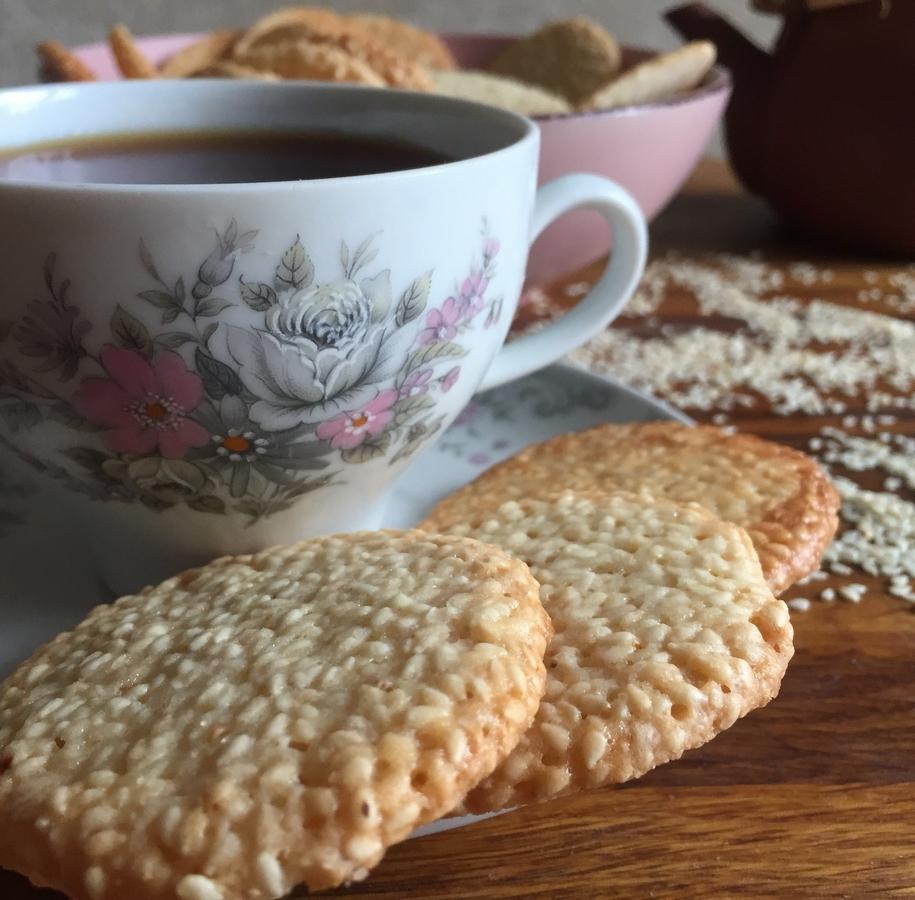 Кунжутне печиво - хрумке, але такої незвичайної структури, що хочеться його їсти ще і ще, щоб зрозуміти, на що воно схоже