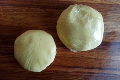 Ділимо тісто на дві частини - більшу і меншу