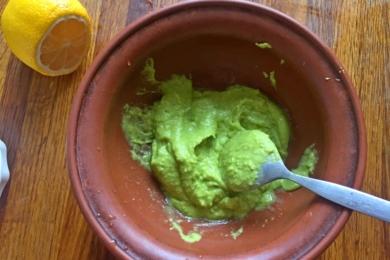 Подрібнюємо авокадо до стану пюре