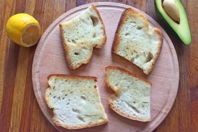 Ріжемо хліб і підсмажуємо його на сковорідці