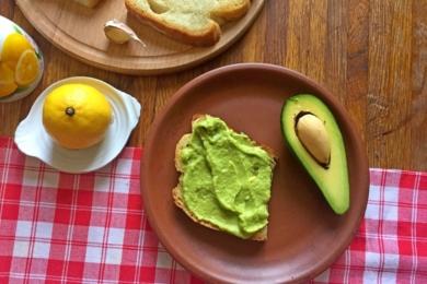 На кожен тост щедро викладаємо соус з авокадо