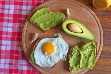 Соус гуакамоле і тости з авокадо на сніданок