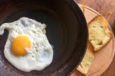 На сковороді пісмажуємо яєчню і викладаємо зверху на тост, змащений соусом з авокадо