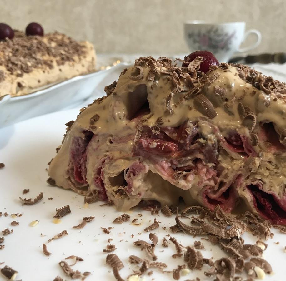 Торт з лавашу без випічки з вишнями готовий!